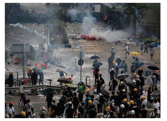 그림3_시위대를 향해 최루탄을 발사하며 해산을 시도하고 있는 홍콩 경찰